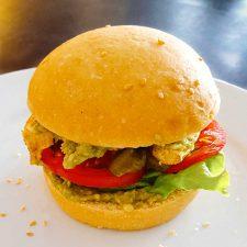 Burger poulet mariné et avocat