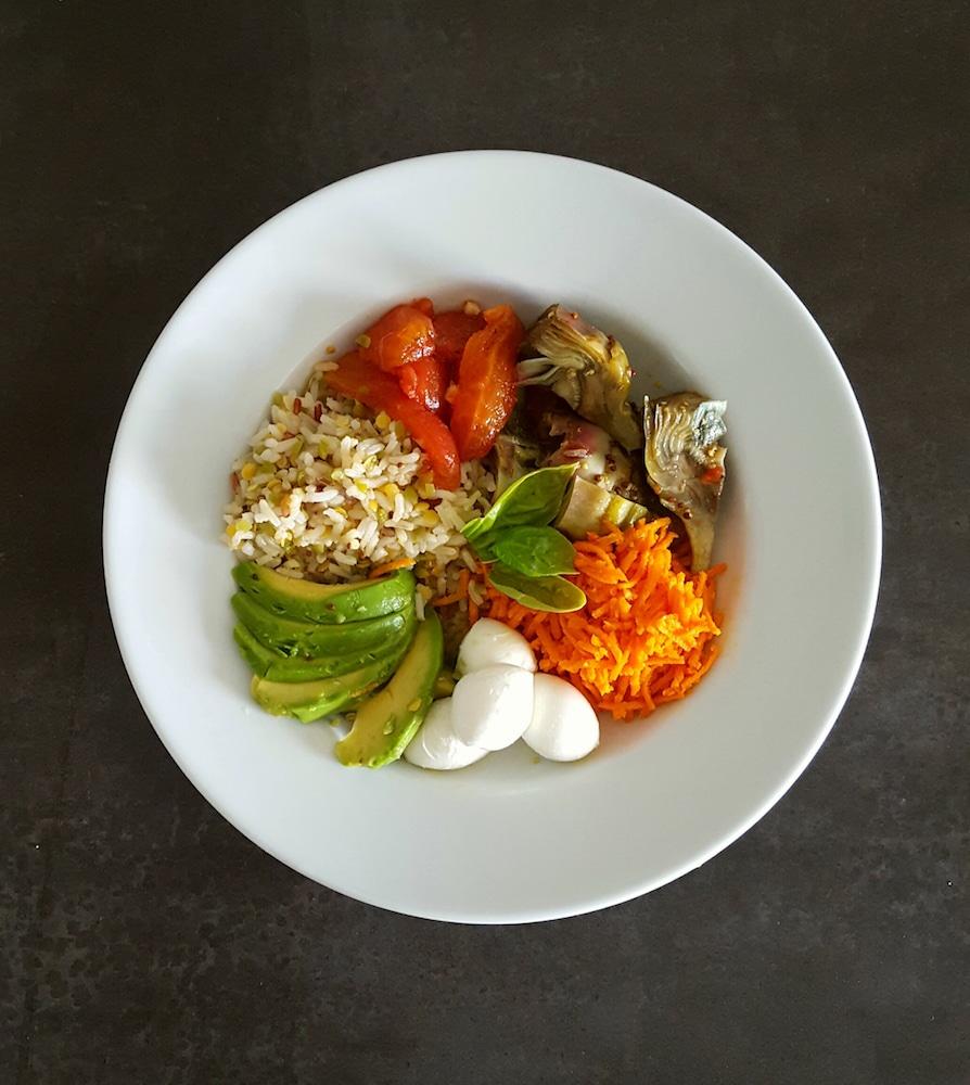 buddha bowl avec carottes, artichauts violets, avocat, billes de mozzarella et tomates confites citron-safran, sauce au vinaigre balsamique, huile de noix et moutarde à l'ancienne