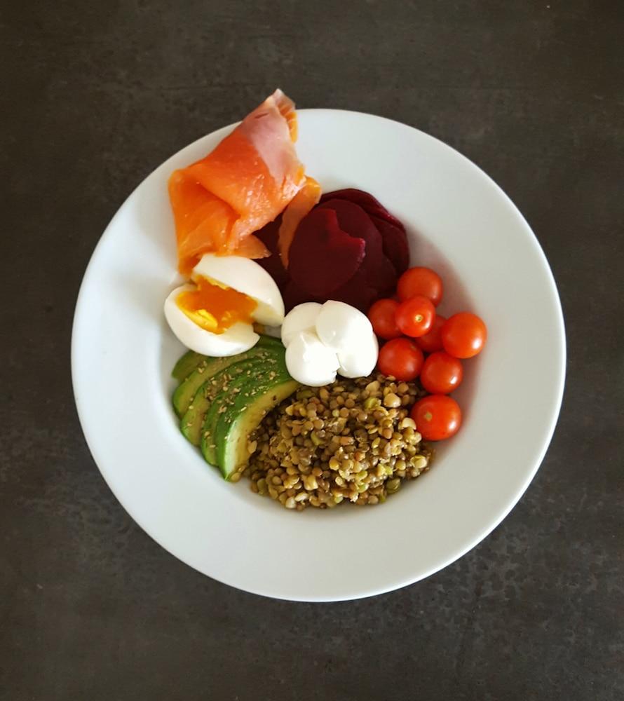 Buddha bowl mélange lentilles et pois, gravlax de betteraves crues, avocat-gomasio, oeuf mollet, tomates cerises du jardin, billes de mozzarella et en option une tranche de truite fumée