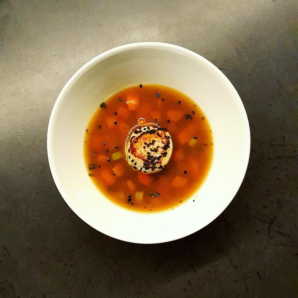 Bouillon épicé au gingembre et Saint-Jacques snackées au sésame noir