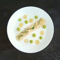 Carpaccio de Saint-Jacques à la feuille d'huître, crémeux avocat aux 4 épices et gelée citron-vanille