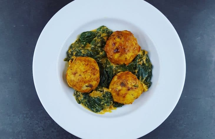 Boulettes de poulet au curry et épinards frais