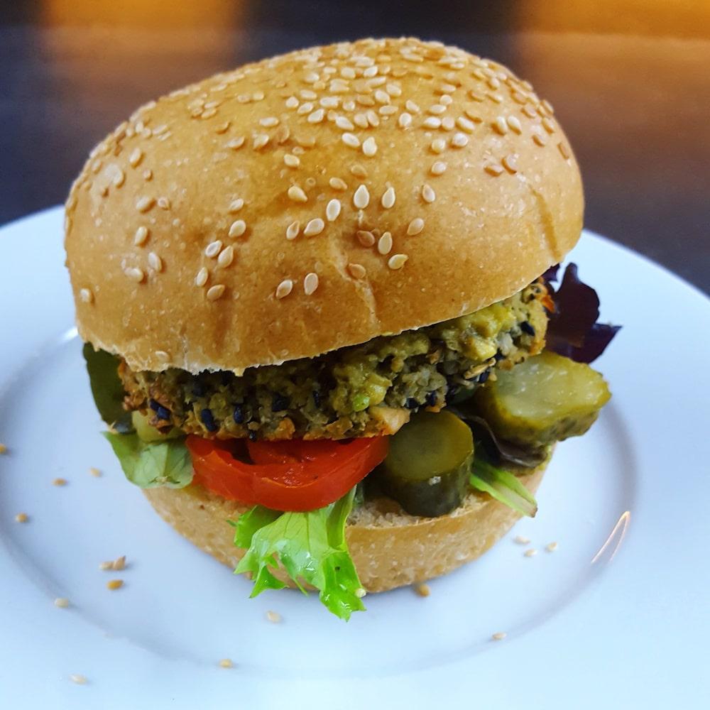 Veggie burger au falafel de haricot blanc-sésame noir et à l'avocat