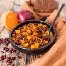Chili veggie à la patate douce et au quinoa