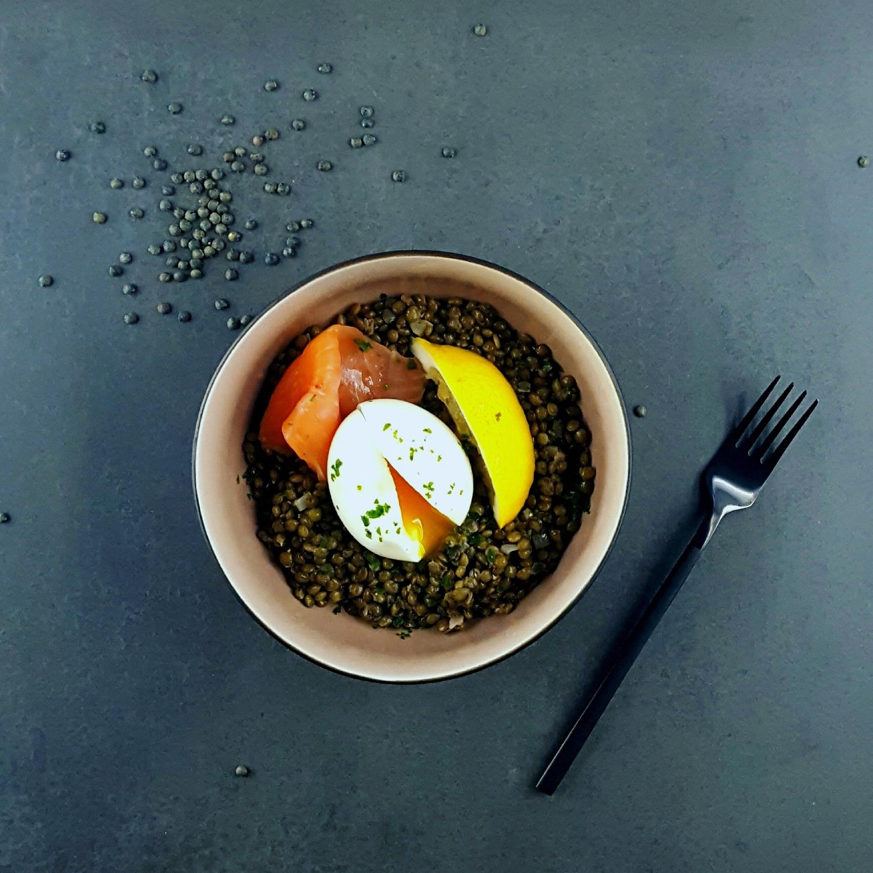 Salade de lentilles, truite fumée et œuf mollet
