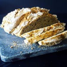 Pain d'épeautre aux graines sans machine à pain et sans pétrissage