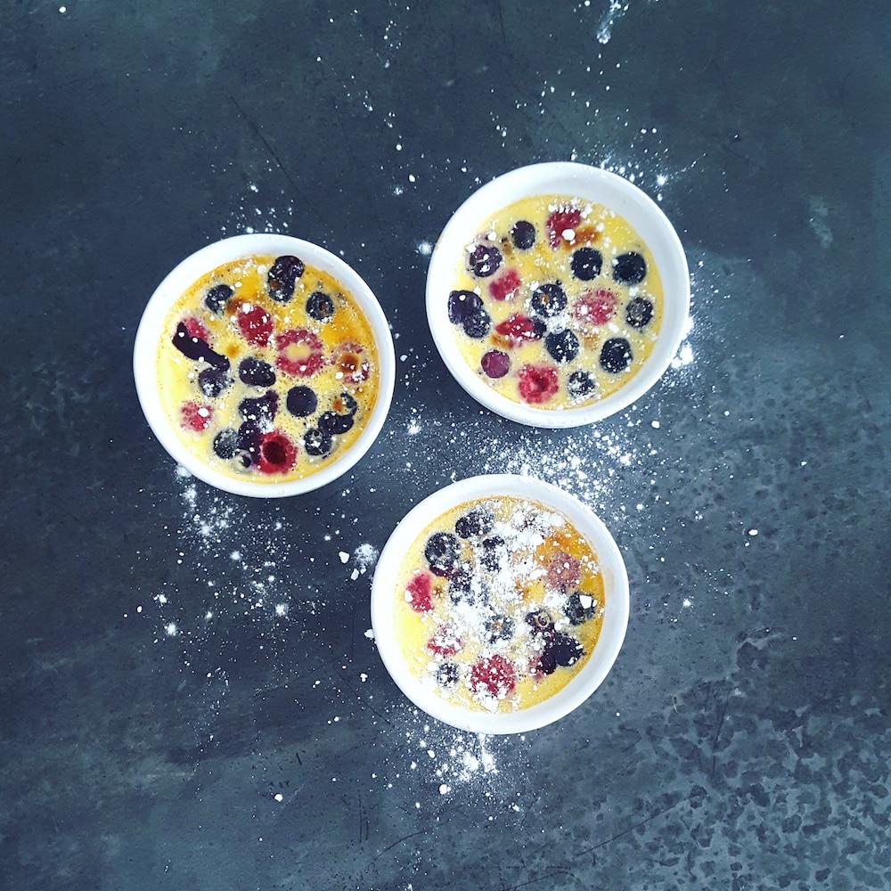 Oeufs au lait aux myrtilles et framboises