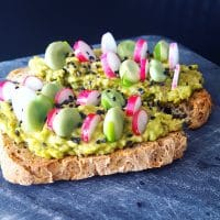 Tartine de printemps, avocat-radis-fèves
