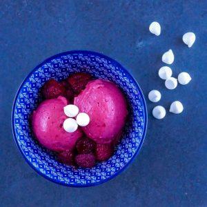 Glace yaourt-framboises - dessert léger - la cerise sur le maillot
