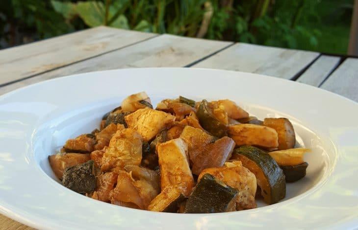 Poulet aux épices, courgettes, oignon doux et câpres