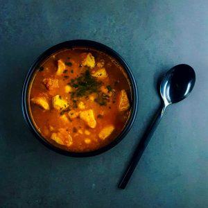 Soupe épicée aux pois chiches et au poulet - soupe repas - la cerise sur le maillot