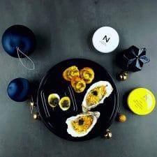 Huître chaude et œuf de caille mollet au caviar, feuilleté salicorne