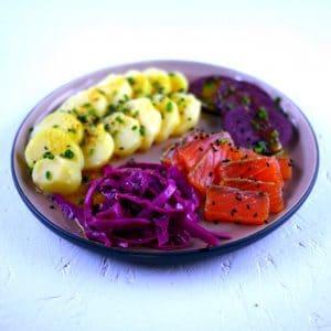 Gravlax de saumon au sel fumé et pickles de chou rouge