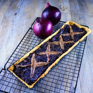 Pissaladière à l'oignon rouge - tarte salée - la cerise sur le maillot