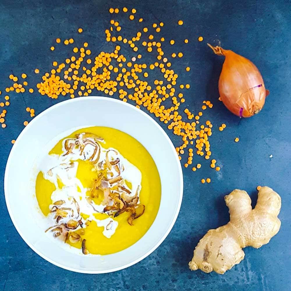 Soupe de lentilles corail, patate douce, gingembre, échalotes croustillantes - la cerise sur le maillot