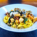 Tagliatelles aux coques, crevettes et épinards frais - pâtes aux fruits de mer - la cerise sur le maillot