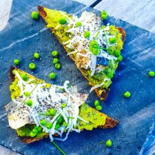 Tartine de guacamole aux petits pois et sardines