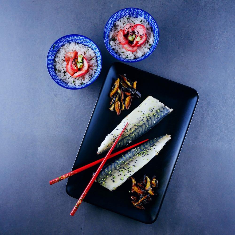 Maquereaux pochés au yuzu, pickles de radis au mirin, chips de shiitakés