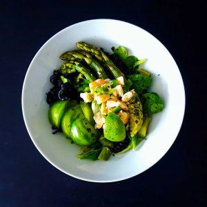 Salade de pâtes printanière aux asperges et ceviche de crevettes - la cerise sur le maillot
