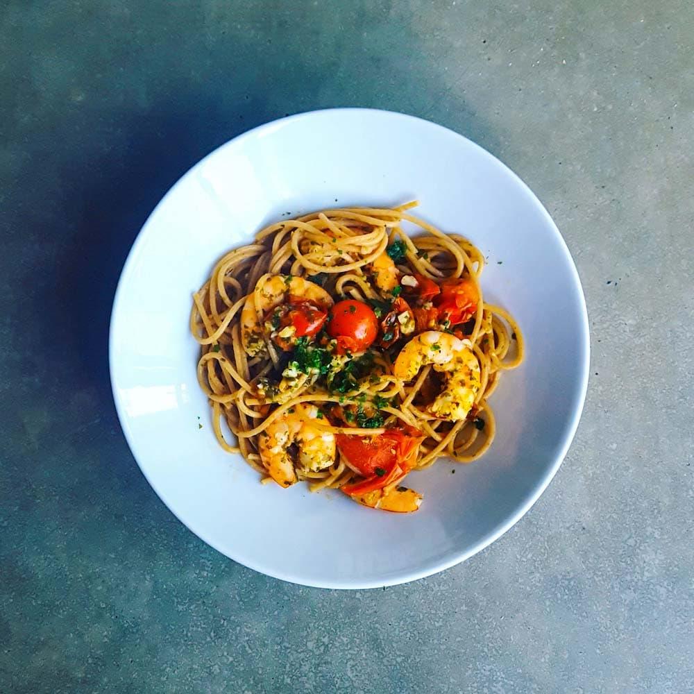 Spaghetti aux crevettes et aux tomates cerises - la cerise sur le maillot