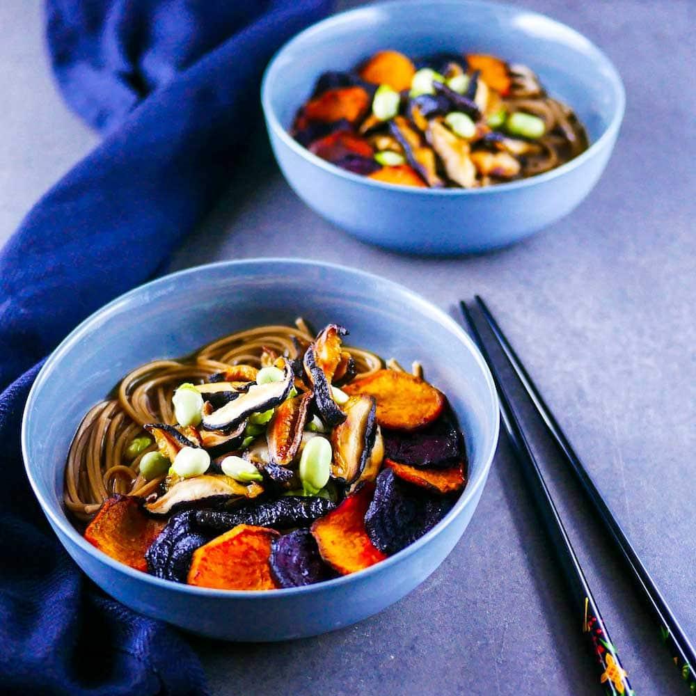 Bouillon miso, nouilles Soba, légumes racines rôtis et shiitakés - la cerise sur le maillot