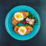 Avocado toast, légumes croquants et œuf poché express - la cerise sur le maillot