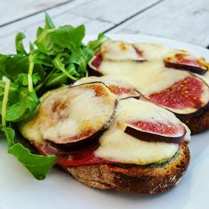 Bruschetta à la figue, bresaola et mozzarella - la cerise sur le maillot