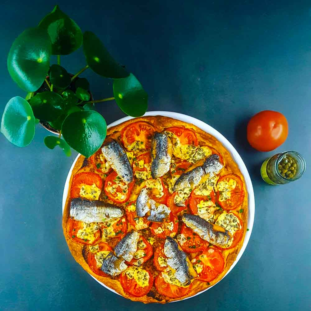 Tarte à la moutarde à l'ancienne, tomates et sardines - la cerise sur le maillot