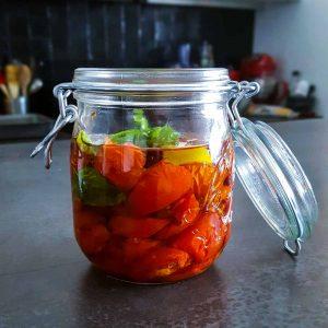 Tomates confites à l'huile d'olive - la cerise sur le maillot