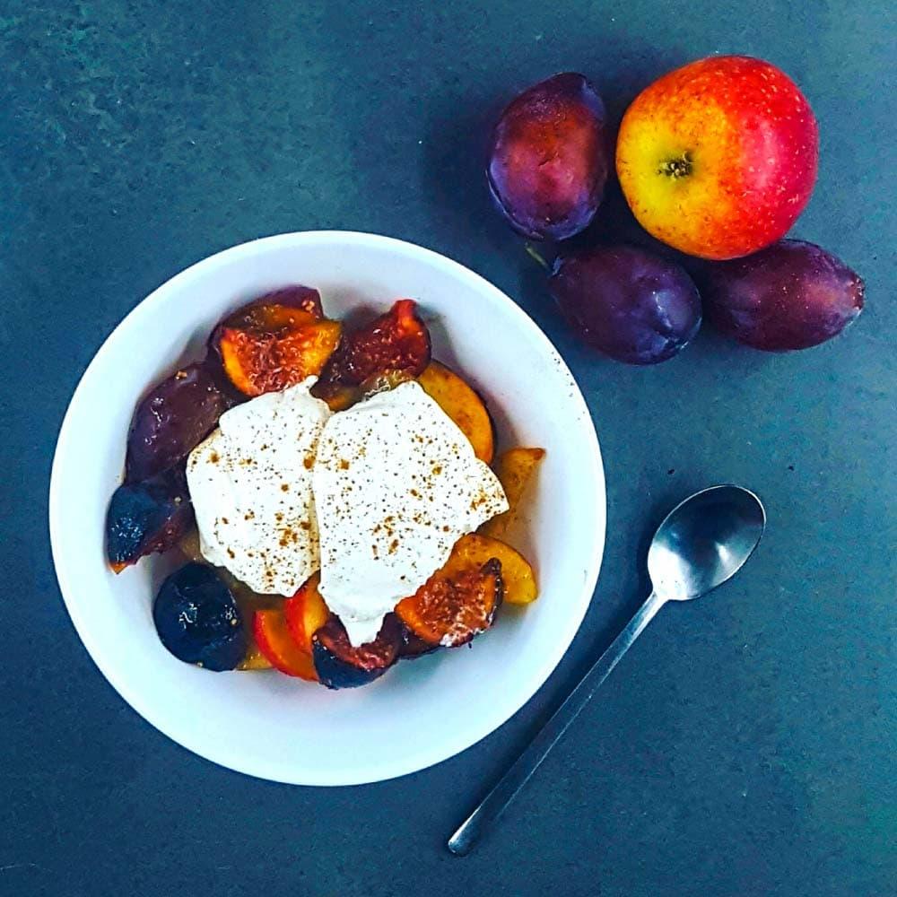 Salade de fruits d'automne et chantilly de coco (végétale) - la cerise sur le maillot