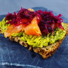 Tartine avocat-truite et betterave