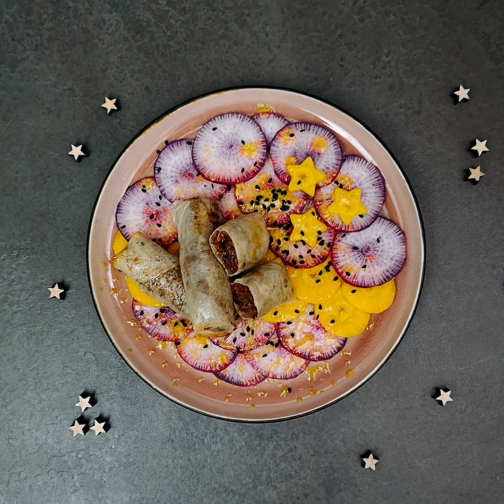 Nems de canard aux raisins, carpaccio de légumes croquants, sauce au sésame - entrée de fête - la cerise sur le maillot