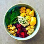 Buddha Bowl au boulgour, légumes d'hiver et houmous - la cerise sur le maillot