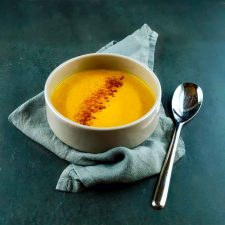 Soupe crémeuse de panais et carottes à la cannelle