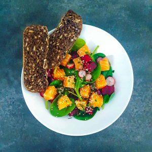 Saumon gravlax au gingembre et salade d'hiver aux notes exotiques - la cerise sur le maillot