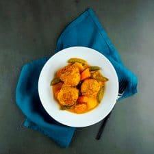 Curry de légumes et boulettes de poisson