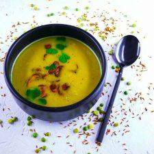 Soupe de pois cassés à la coriandre et chips de champignons