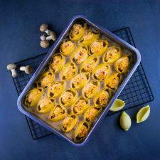 Conchiglioni farcis aux boulettes de poulet, crème de champignons