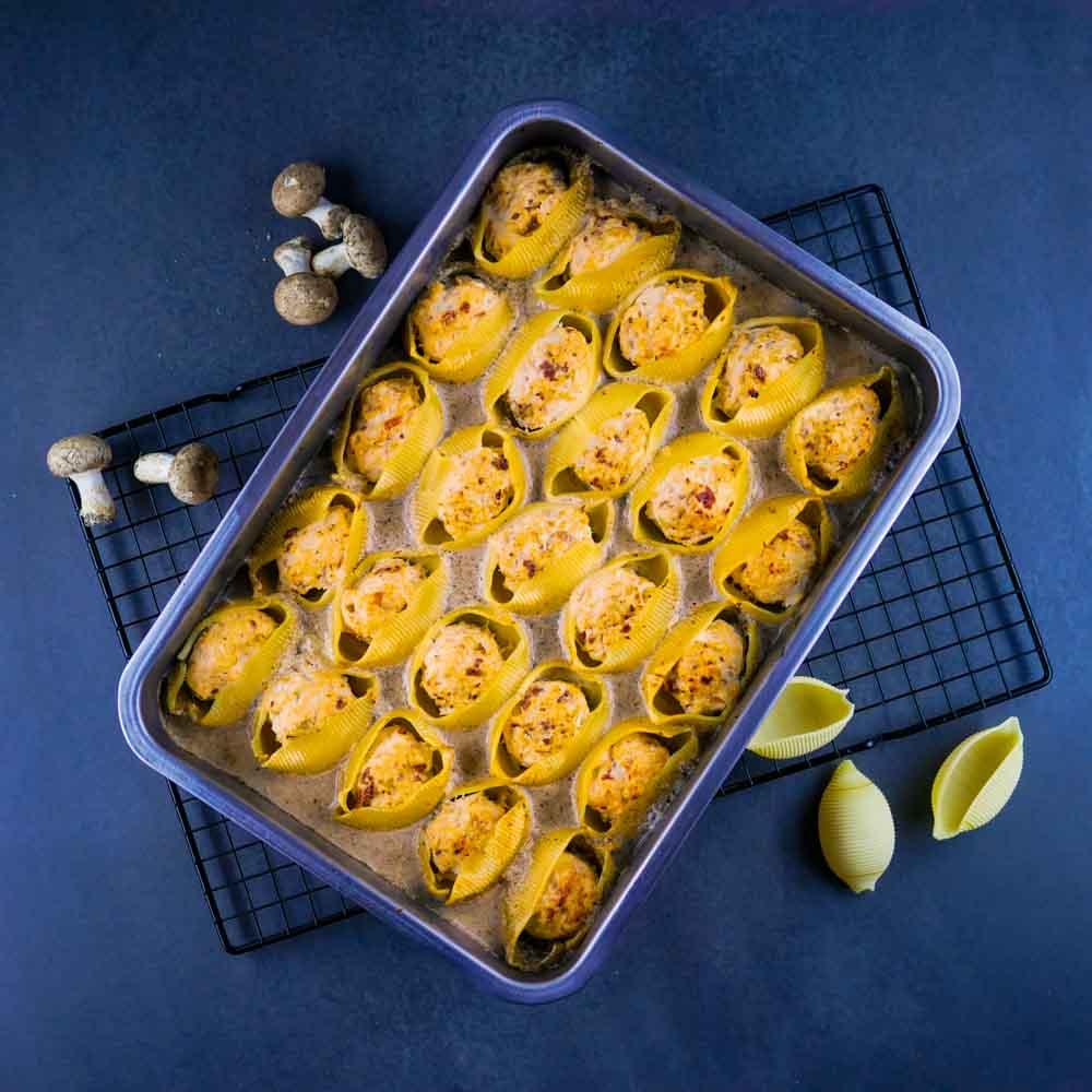 Conchiglioni farcis aux boulettes de poulet, crème de champignons - la cerise sur le maillot