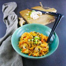 Riz sauté aux crevettes, légumes, ail et gingembre