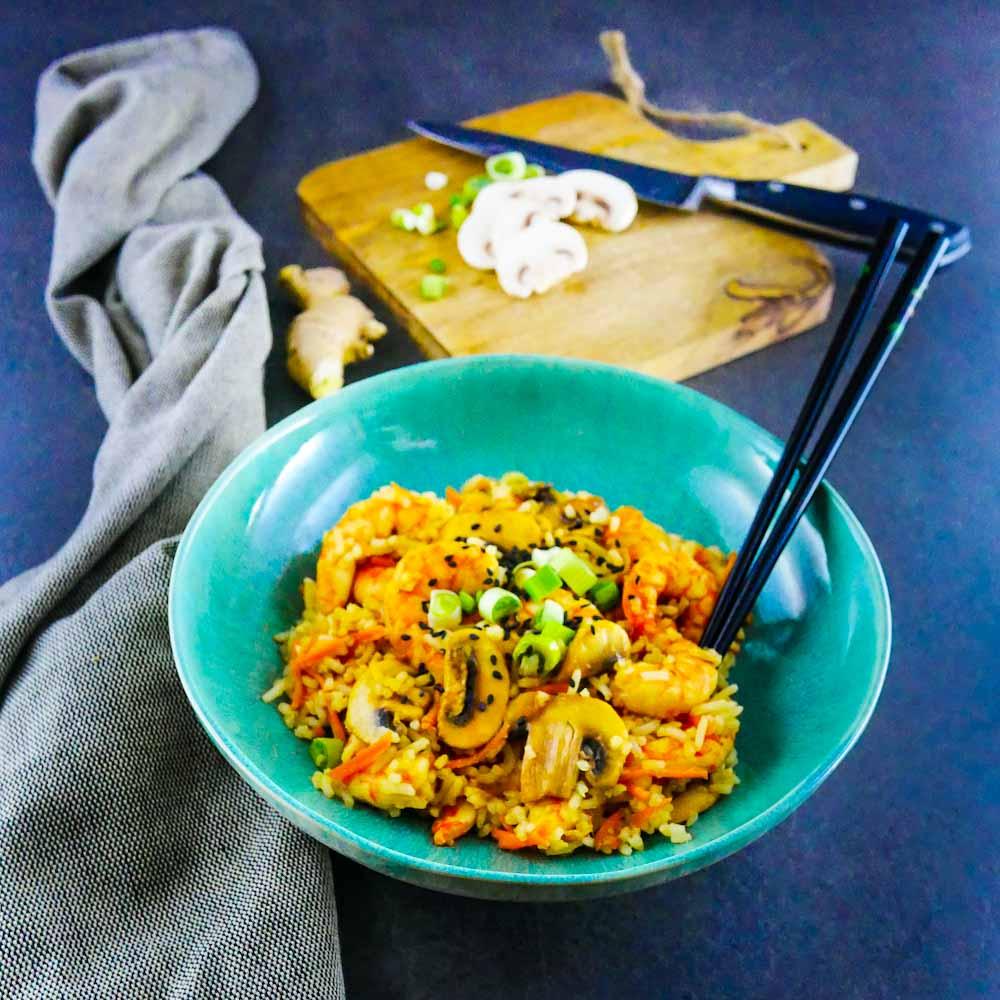Riz sauté aux crevettes, légumes, ail et gingembre - la cerise sur le maillot
