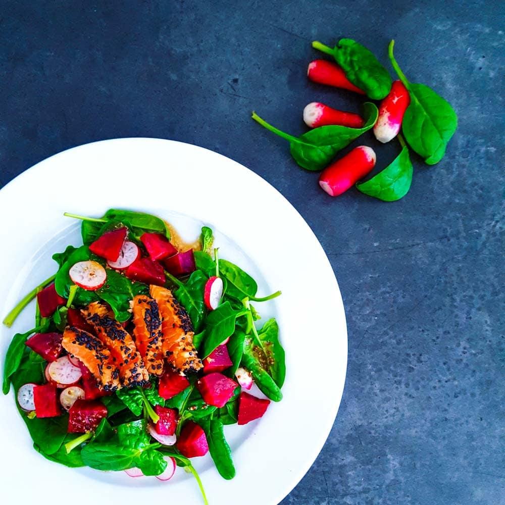 Tataki de saumon et salade vitaminée - la cerise sur le maillot