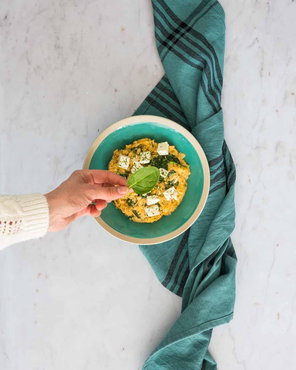 Spanakorizo aux épinards et à l'aneth - riz grec aux épinards - la cerise sur le maillot