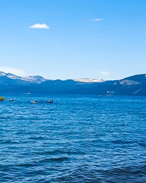 Lake Tahoe, eau turquoise et montagnes enneigées