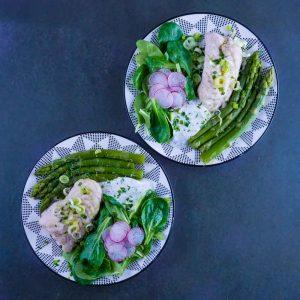 Salade de merlu, asperges vertes et sauce légère aux câpres - la cerise sur le maillot