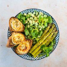 Salade printanière et toasts de chèvre chaud