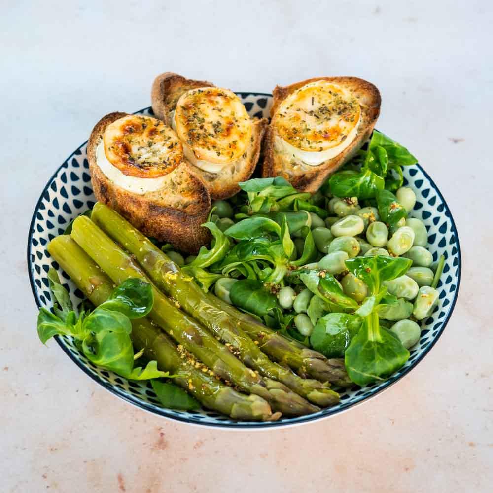 Salade printanière et toasts de chèvre chaud - la cerise sur le maillot