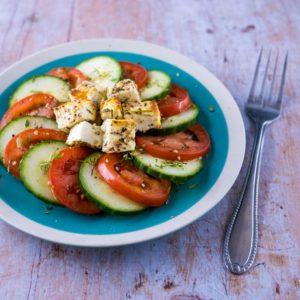 Feta rôtie pour salade estivale - la cerise sur le maillot