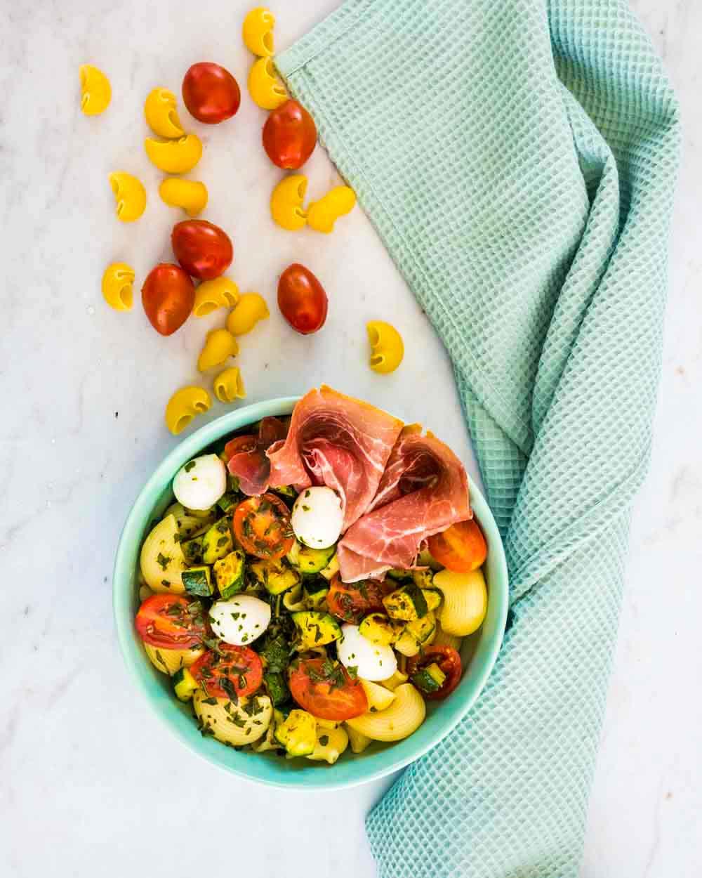 Salade de pâtes aux courgettes, mozzarella et jambon de Parme - la cerise sur le maillot
