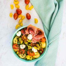 Salade de pâtes aux courgettes, mozzarella et jambon de Parme
